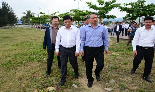Bí thư Thành ủy Đà Nẵng đi kiểm tra, rà soát lại việc mở lối xuống biển tại làng Nam Ô.