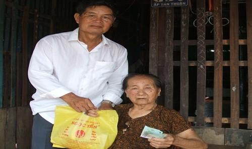 Ông Ba Bé trao tiền hỗ trợ cho người già neo đơn.