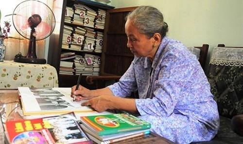 Cựu chiến binh Nguyễn Thị Nguyệt trong căn phòng nhỏ nơi lưu giữ  hình ảnh về Bác Hồ.