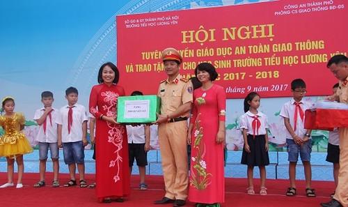 Thượng tá Đinh Thanh Thảo trao tặng 2.000 quyển vở cho Trường Tiểu học Lương Yên.