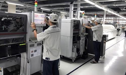 Một góc dây chuyền sản xuất thiết bị công nghiệp CNTT tại nhà máy sản xuất số 2 của VNPT tại Khu công nghệ cao Hòa Lạc