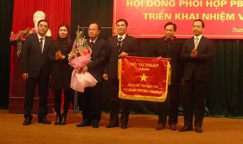 Sở Tư pháp tỉnh Thanh Hóa nhận Cờ đơn vị dẫn đầu phong trào thi đua năm 2017.