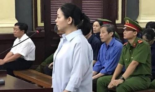 Bị cáo Ngô Kim Huệ - nguyên Phó TGĐ NH Đại Tín thừa nhận ký khống 5 phiếu thu, gây thiệt hại cho ngân hàng hơn 330 tỉ đồng.