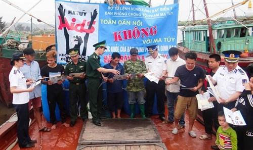 Vùng Cảnh sát biển 1 tuyên truyền phòng, chống ma túy và HIV/AIDS.