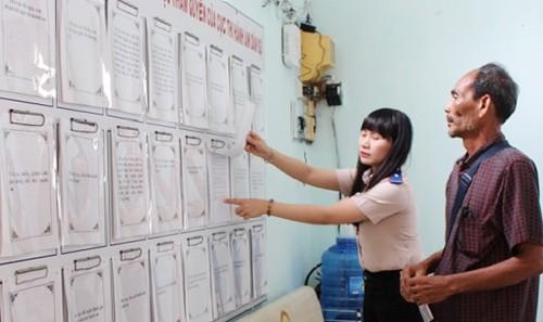 Công chức THADS hướng dẫn người dân thực hiện các thủ tục hành chính.