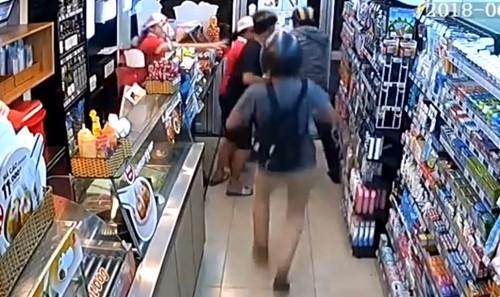 Hình ảnh một vụ cướp cửa hàng tiện lợi tại TP HCM.