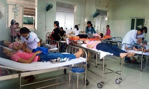 Các công nhân bị ngộ độc khí được các bác sĩ theo dõi, điều trị.