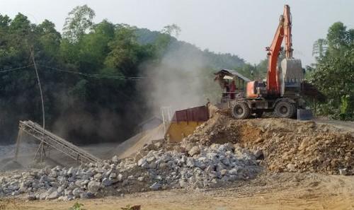 Máy nghiền đá tại công trường khai thác đá không phép. Ảnh: Xuân Hồng.