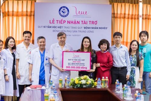 Bà Trần Thị Thu Trang, Giám đốc Quỹ Vì tầm vóc Việt trao tặng 300 triệu đồng cho Quỹ Vì bệnh nhân nghèo BV Phụ sản TW