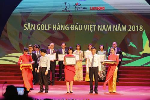 Bà Vũ Thị Minh Huệ - Phó TGĐ FLC Biscom (giữa) đón nhận giải thưởng