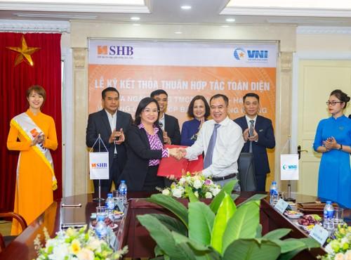 Phó Tổng Giám đốc SHB và Tổng Giám đốc VNI ký thỏa thuận hợp tác trước sự chứng kiến của Lãnh đạo cấp cao của SHB và VNI.