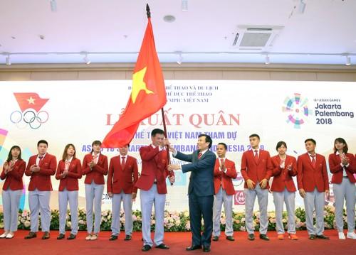 Bộ trưởng Nguyễn Ngọc Thiện trao nhiệm vụ cho trưởng đoàn Trần Đức Phấn và đoàn Thể thao Việt Nam tại ASIAD 2018.