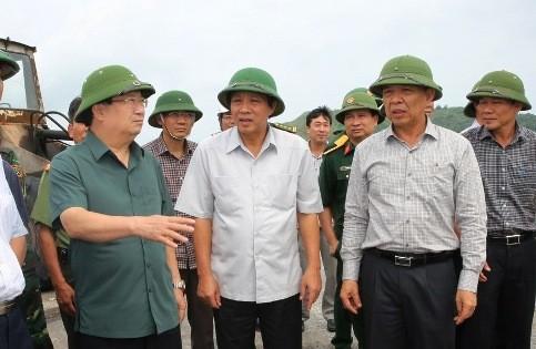 Phó Thủ tướng Trịnh Đình Dũng cùng lãnh đạo tỉnh Quảng Bình kiểm tra công tác phòng chống bão tại cảng La, tỉnh Quảng Bình.