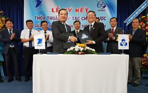 Tổng Giám đốc Tập đoàn Phạm Đức Long (bên trái) và GS.TS. Vũ Đình Thành  Hiệu trưởng Trường Đại học Bách khoa Tp HCM ký kết thỏa thuận hợp tác toàn diện giữa hai bên