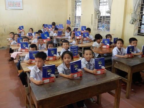 Học sinh tiểu học hân hoan đón nhận những cuốn vở mới từ EVN HANOI