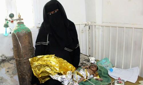 Một phụ nữ Yemen bên đứa con ốm yếu.