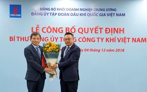 Chủ tịch PVN Trần Sỹ Thanh (phải) trao Quyết định Bí thư Đảng ủy PV GAS cho ông Nguyễn Sinh Khang