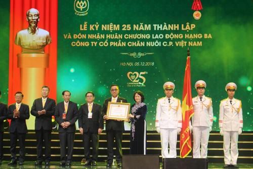 Phó chủ tịch nước trao Huân chương lao động hạng III cho CPV