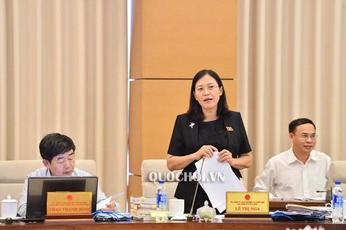 Chủ nhiệm Ủy ban Tư pháp của Quốc hội Lê Thị Nga trình bày Báo cáo thẩm tra