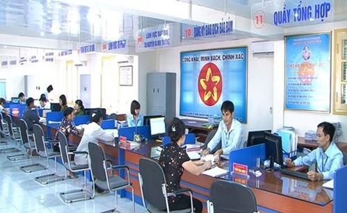 Người dân nộp hồ sơ tại Trung tâm hành chính công