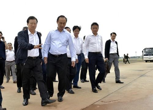 Phó Thủ tướng Trịnh Đình Dũng đi kiểm tra tại sân bay Nội Bài. Ảnh VGP