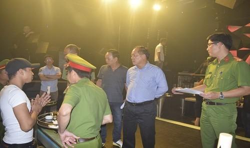 Đại tá Lê Văn Vũ (ở giữa) - Phó Giám đốc Công an tỉnh TT- Huế trực tiếp chỉ đạo đột kích quán bar- vũ trường Asta