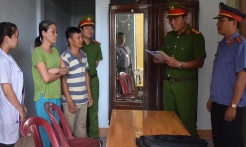 Cơ quan chức năng đọc lệnh bắt khẩn cấp Nguyễn Thị Băng Tâm (người mang áo thun xanh)