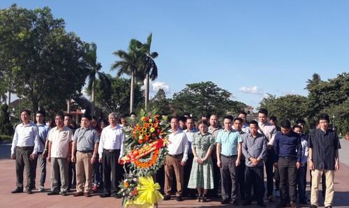 Đoàn làm lễ dâng hương tại Khu di tích Thành cổ Quảng Trị.