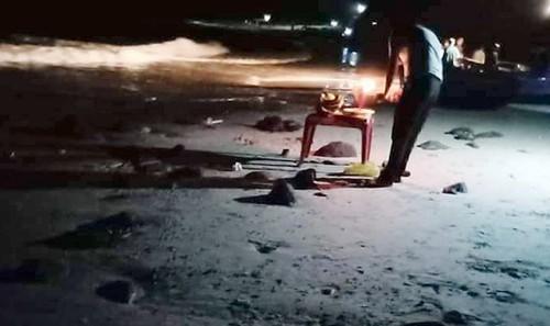 Người thân cùng người dân địa phương tổ chức tìm kiếm nạn nhân trong suốt đêm (ảnh: CTV)