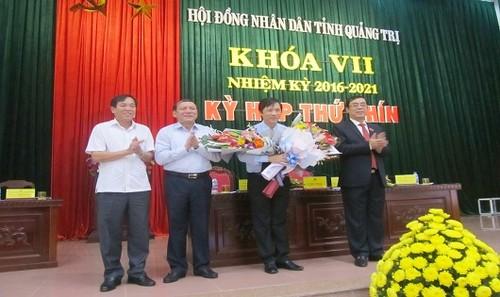 Ông Hoàng Nam (thứ 3 từ trái sang) nhận hoa chúc mừng từ các lãnh đạo.