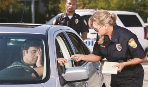 Không nhiều du học sinh Việt Nam biết rằng ở nhiều quốc gia một điều tối kỵ không nên làm bao giờ là bước ra khỏi xe khi có lệnh dừng của cảnh sát. Bạn chỉ được phép bước ra khỏi xe khi nào được cảnh sát yêu cầu.