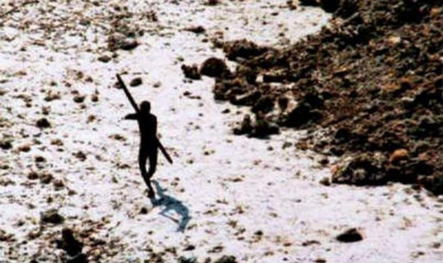 Một cung thủ Sentinel đang giương cung bắn trực thăng của lực lượng tuần duyên Ấn Độ