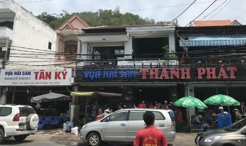 Hoạt động kinh doanh và chế biến  hải sản ngay trên vỉa hè của Vựa hải sản Thuận Phát