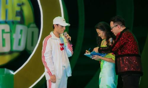 """Sau màn trình diễn các hit triệu view, Sơn Tùng đã nhận được món quà bất ngờ từ tác giả """"Chuyện nhà Dr Thanh"""" ngay trên sân khấu"""
