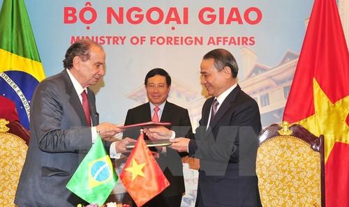 Phó Thủ tướng, Bộ trưởng Ngoại giao Phạm Bình Minh chứng kiến Lễ ký Hiệp định Vận tải biển giữa Việt Nam và Brazil. (Ảnh: Nguyễn Khang/TTXVN)