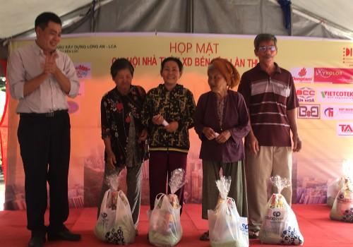 Đại diện Chi hội nhà thầu xây dựng huyện Bến Lức tặng quà cuối năm cho người dân đang gặp khó khăn trên địa bàn. Ảnh: Võ Anh Tuấn
