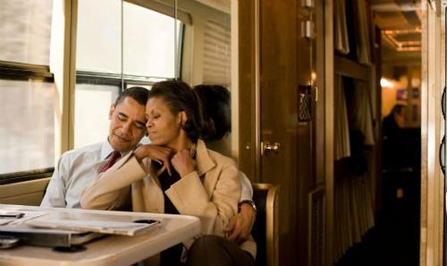 Michelle và Barack Obama trên chiếc xe buýt vận động tranh cử tại New Hampshire sau một đêm đi vận động muộn năm 2008 (Ảnh của Callie Shell - Aurora Photos)