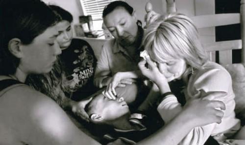 Câu chuyện mẹ chăm con ung thư lay động hàng triệu người: Chúa đã nhận lời chấm dứt nỗi đau của thằng bé