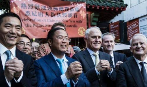 Tỷ phú Hoàng Hướng Mặc (thứ hai, từ trái) và Thủ tướng Malcolm Turnbull (thứ ba, từ trái).