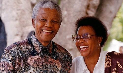 Nelson Mandela hạnh phúc bên người vợ thứ 3, Graca Machel (Ảnh của EPA-Dailymail)