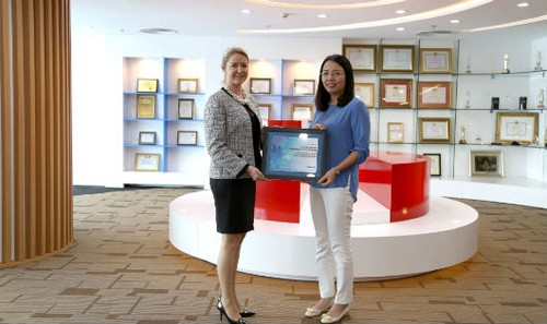 Ms. Deborah Jensen –GĐ Dịch vụ và vận hành Khu vực Đông Nam Á và bà Nguyễn Hương Loan – Phó TGĐ Maritime Bank