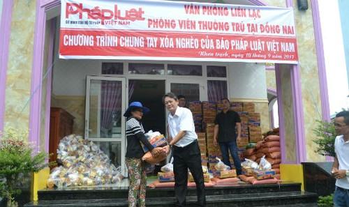 Phó Giám đốc Sở Tư pháp Đồng Nai Nguyễn Văn Toàn trao quà cho người nghèo.