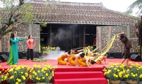 Tái hiện quá trình ươm tơ dệt lụa truyền thống trước đại biểu các nước và du khách. Ảnh: Thanh Trần./TPO