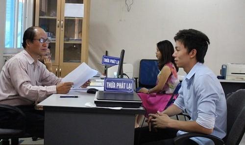 Tiếp dân tại văn phòng Thừa phát lại.