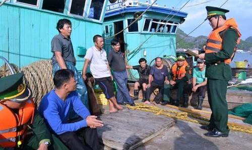 Bộ đội Biên phòng TP Hải Phòng tuyên truyền, phổ biến pháp luật cho ngư dân làm ăn sản xuất trên biển.