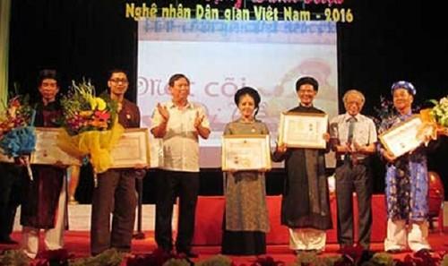 """Tại Việt Nam, hai nơi chính thức trao danh hiệu """"nghệ nhân"""" đó là: Nghệ nhân Ưu tú, Nghệ nhân Nhân dân của Bộ VH-TT&DL và """"Nghệ nhân dân gian"""" của Hội Văn nghệ dân gian Việt Nam."""