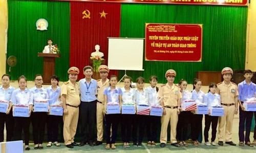 Phòng CSGT Công an Thừa Thiên Huế trao quà cho các em học sinh nghèo hiếu học tại buổi tuyên truyền