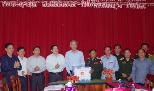 Ban chỉ đạo 1237 Quân khu 4 tặng quà cho Ban công tác đặc biệt tỉnh Salavan - Lào
