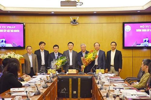 Bộ trưởng Lê Thành Long trao Quyết định nghỉ hưu cho ông Hoàng Sỹ Thành và trao Quyết định giao quyền Tổng cục trưởng cho ông Mai Lương Khôi.