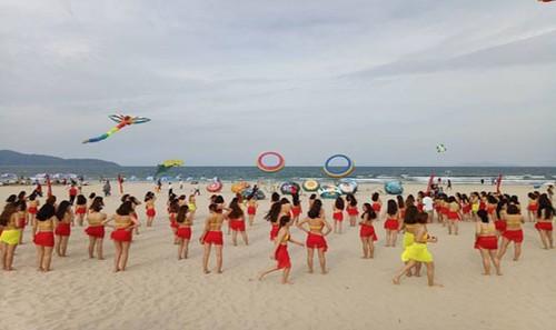 Nhảy Plashmob Bikini tại bãi biển trong buổi khai mạc Điểm hẹn mùa hè 2017